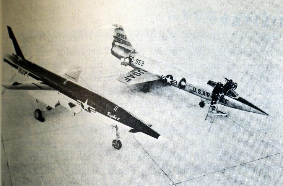 """Esta fotografía explica el origen del apodo de """"misil con piloto"""" que tenía el Starfighter. El pie de foto original dice: """"Similarity of design shown in the U.S. air force's Lockheed F-104 interceptor (right) and the Regulus II missile, tested in the U.S. navy in 1958 (1959 Britannica Book of the year)"""