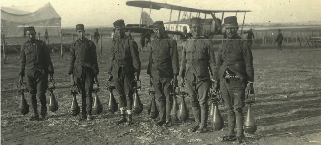 Soldados de aviación preparados con bombas para aprovisionar un avión