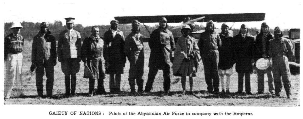 Pilotos de la Fuerza Aérea abisinia reunidos con el Emperador