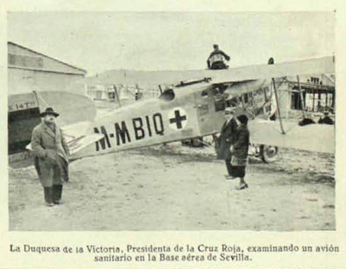 La Duquesa de la Victoria examinando un avión sanitario