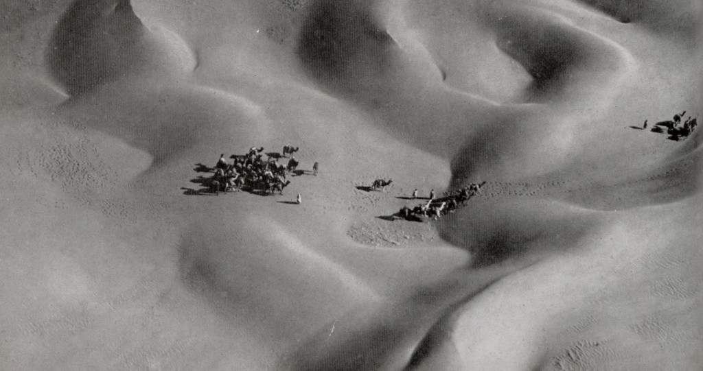 Una caravana sorprendida entre las dunas