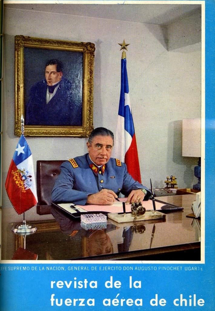 El jefe supremo de la nación mira fijamente a la cámara