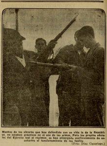Los oficiales leales enseñan a los obreros el funcionamiento de los fusiles