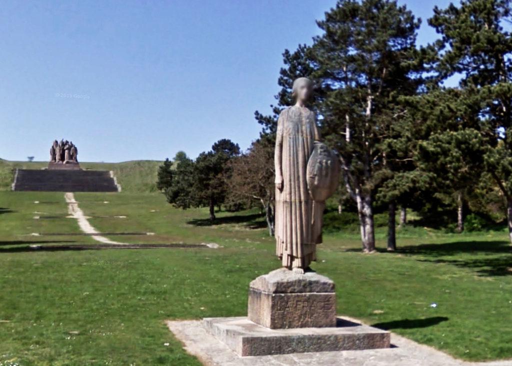 Francia, una estatua junto a la carretera