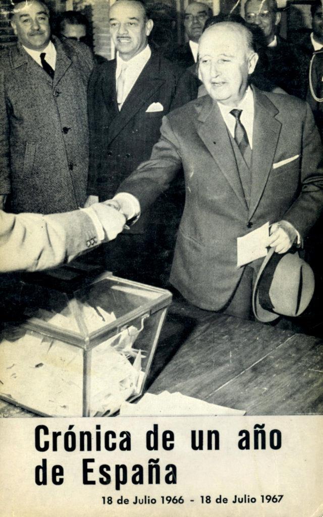 El general Franco a corta distancia de una urna