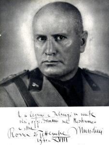 Mussolini mira fijamente al objetivo